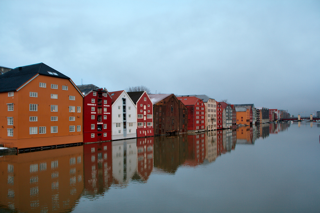 Photo: Christian Haugen | The old wooden houses along the Nidelva river  View from gamle bybrua (Old Town bridge). The Nidelva flows through Trondheim with old storehouses flanking both sides of this river.