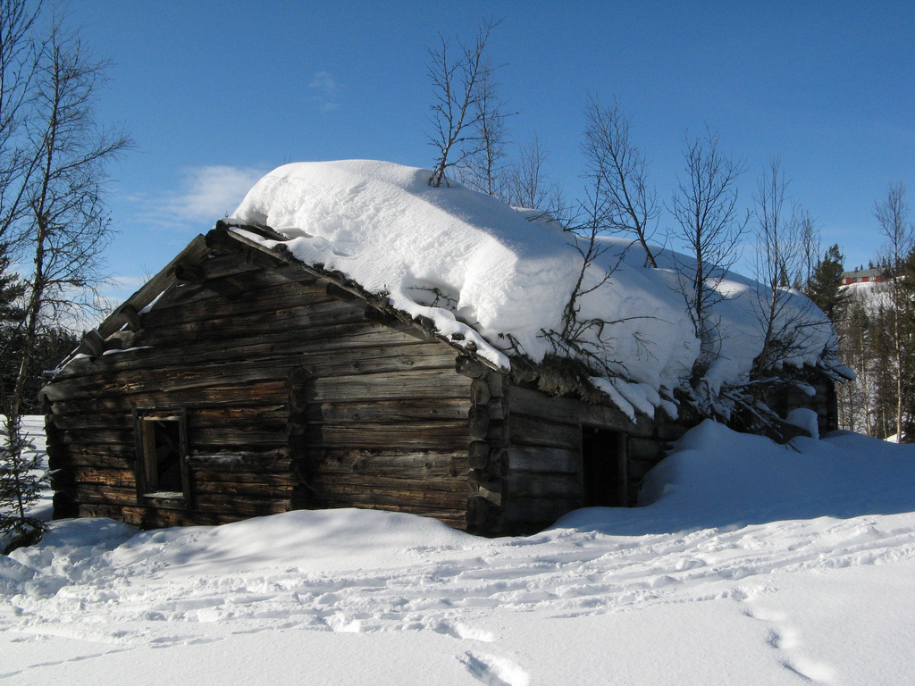 Photo: m.prinke | Another Norwegian cabin covered with snow.