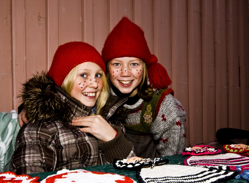 FOTO: Alexander Klanderud | Julemarked in Øvrebyen. You may need one of the warm and cool hat these little santa girls sell.